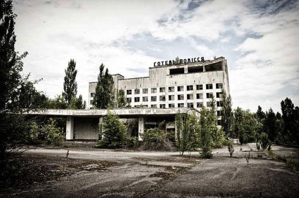 """Bất chấp nguy cơ nhiễm phóng xạ, du khách vẫn nườm nượp thăm """"địa điểm chết chóc"""""""