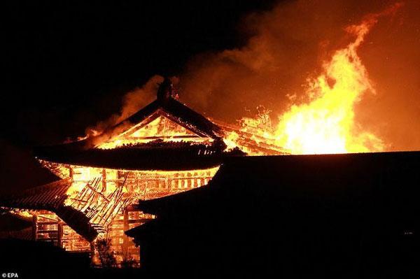 Nhật Bản: Hỏa hoạn kinh hoàng nhấn chìm lâu đài di sản thế giới 600 tuổi