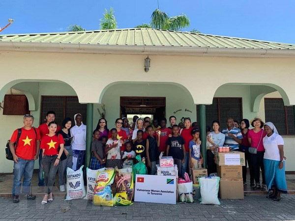Hội phụ nữ Việt Nam ở Tanzania thăm trung tâm nuôi dưỡng trẻ mồ côi