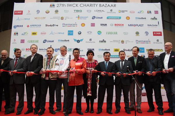 """Đại sứ quán Việt Nam tại Ucraina tham gia hội chợ từ thiện """"Charity Bazaar"""" lần thứ 27"""