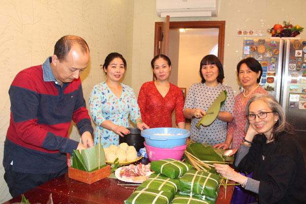 Gói bánh chưng – Gìn giữ Tết Việt nơi xứ người