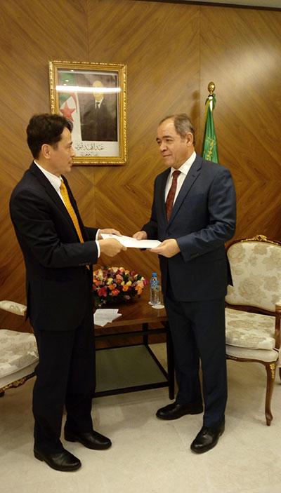 Đại sứ Việt Nam tại An-giê-ri trình Thư Ủy nhiệm