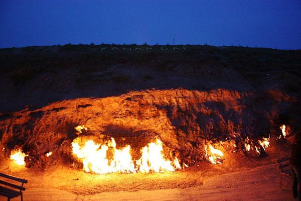 """""""Hỏa Diệm Sơn"""" bốc cháy không ngừng nghỉ suốt 4000 năm bất chấp mưa tuyết"""