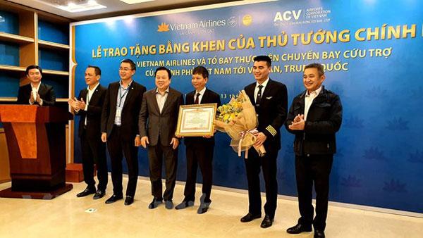 Thủ tướng trao bằng khen cho tổ bay chở người Việt từ Vũ Hán về nước