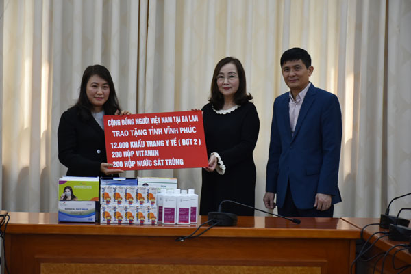 Kiều bào tại Ba Lan trao tặng khẩu trang y tế, vitamin và nước sát trùng cho tỉnh Vĩnh Phúc