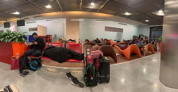 Nhóm người Việt mắc kẹt ở sân bay Paris kêu cứu