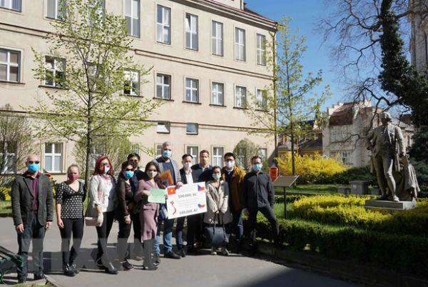 Người Việt tại Séc góp sức cùng chính quyền sở tại chống dịch COVID-19