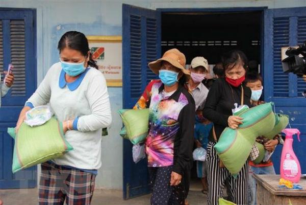 Những món quà nghĩa tình đến với bà con gốc Việt tại Campuchia