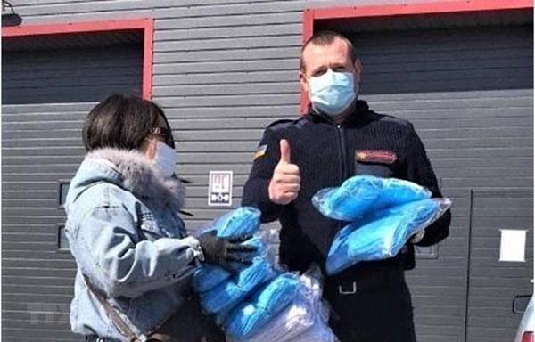 Cộng đồng người Việt ở Ukraine tặng khẩu trang cho bệnh viện