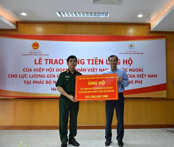 Trao tiền ủng hộ của BAOOV cho Cục Gìn giữ Hòa bình Việt Nam