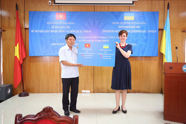 Hội Hữu Nghị Việt Nam – Ucraina trao quà giúp đỡ người dân Ucraina chống dịch Covid-19