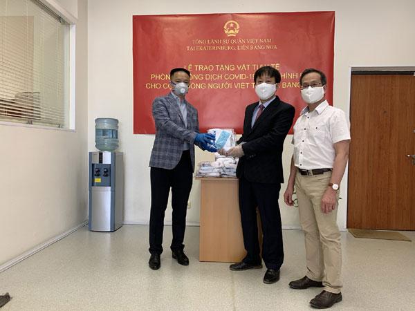 Việt Nam gửi tặng cộng đồng người Việt ở miền Trung LB Nga khẩu trang y tế