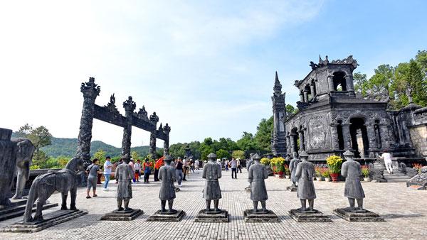 Lăng Khải Định - Kiệt tác nghệ thuật khảm sành xứ Huế