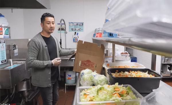 Ông chủ gốc Việt phát hơn 10.000 suất ăn miễn phí giữa Covid-19