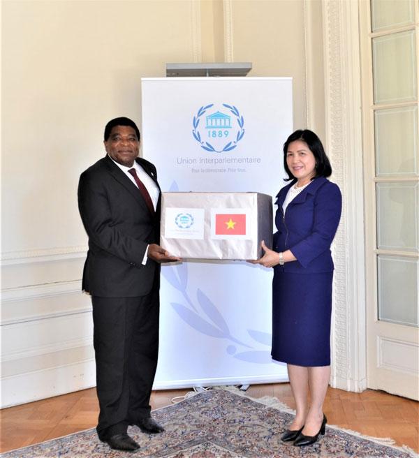 Trao quà khẩu trang y tế của Quốc hội Việt Nam tặng Ban Thư ký IPU