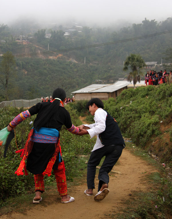 Lên bản Sì Chooang xem người Dao đỏ kéo vợ