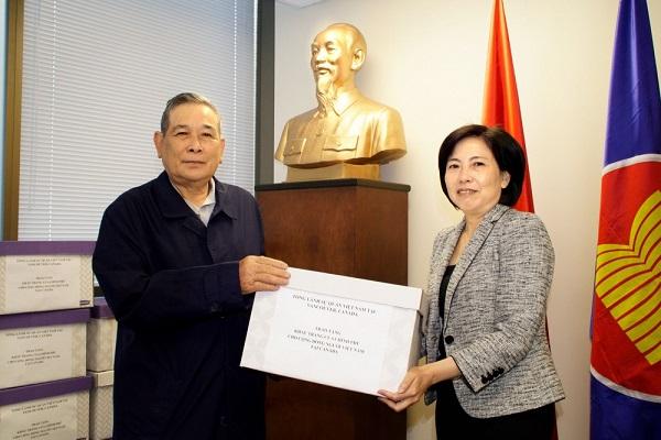 Trao khẩu trang của Chính phủ tặng cộng đồng người Việt các tỉnh miền Tây Canada