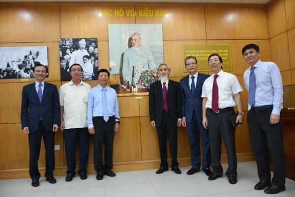 Khai trương Phòng Truyền thống Ủy ban Nhà nước về người Việt Nam ở nước ngoài