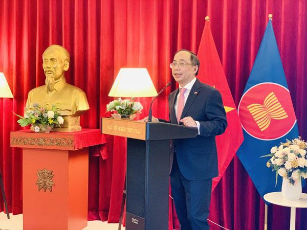 Đại sứ Nguyễn Hùng trình Quốc thư lên Tổng thống Ba Lan Andrzej Duda