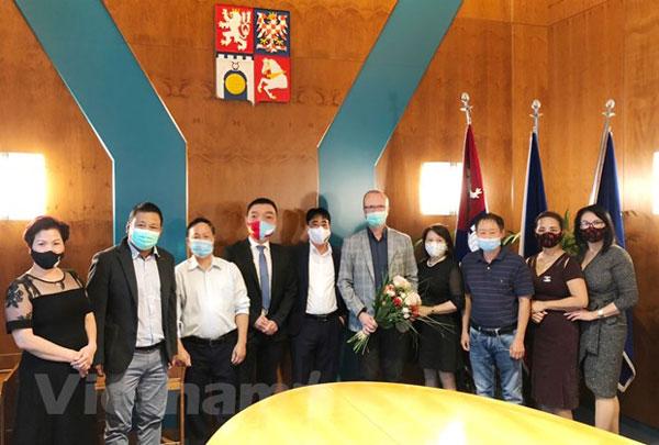 Vùng Pardubice của Séc vinh danh cộng đồng người Việt