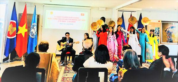 Cơ quan đại diện Ngoại giao Việt Nam tại Geneva gặp gỡ bà con Việt kiều dịp 75 năm Quốc khánh Việt Nam