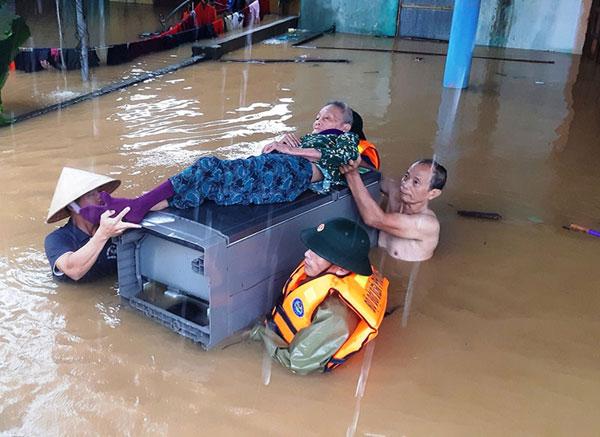 Quảng Bình: Nước ngập mái nhà, khẩn cấp cứu dân khỏi nơi nguy hiểm