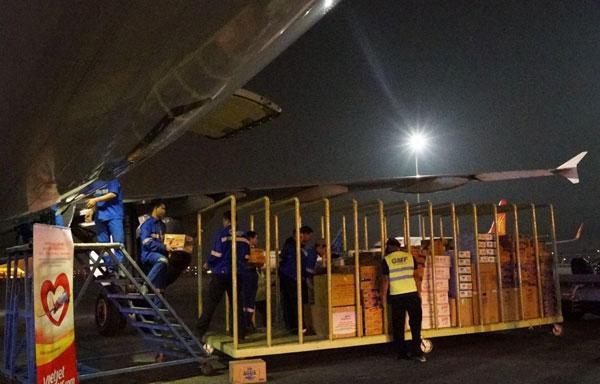 Những chuyến bay đặc biệt hạ cánh tại vùng lũ lụt miền Trung