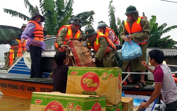 Tập trung lực lượng cứu trợ người dân vùng lũ