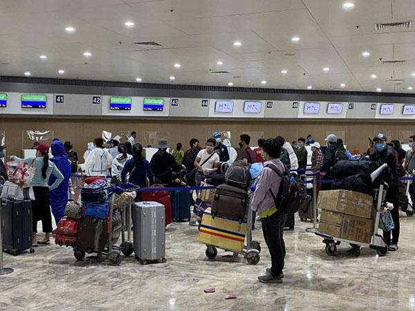 Hơn 240 công dân Việt Nam từ Philippines về nước an toàn