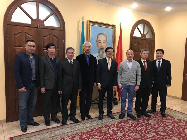 Đại sứ Nguyễn Hồng Thạch gặp mặt đại diện hội, đoàn người Việt tại Ucraina