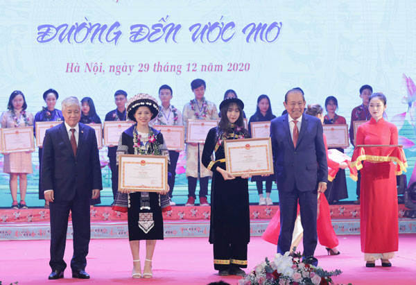 Phó Thủ tướng Thường trực dự lễ tuyên dương HSSV dân tộc thiểu số tiêu biểu