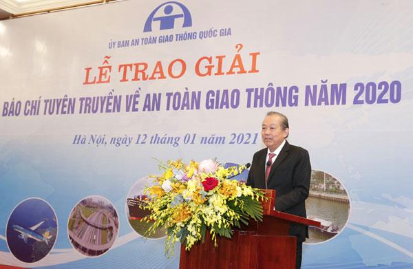 Phó Thủ tướng Thường trực trao Giải thưởng báo chí tuyên truyền về ATGT