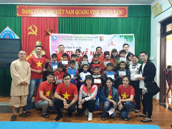 Lưu học sinh Việt tại Trung Quốc trao quà tết cho người dân Trà Leng