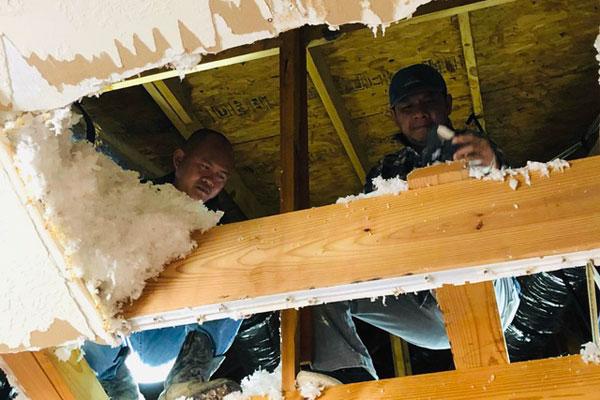 """Người Việt """"giải cứu"""" ống nước bị bể do bão tuyết cho cư dân Houston, Texas"""
