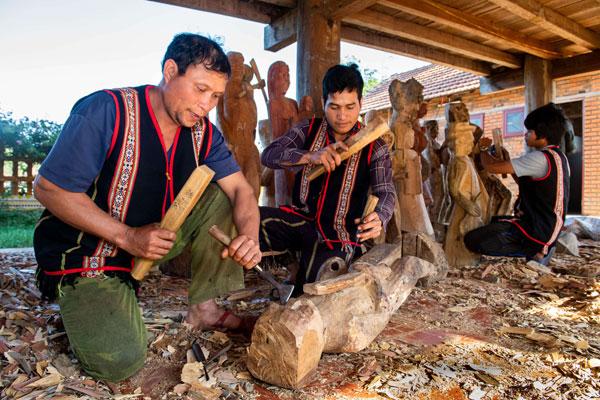 Tạc tượng gỗ ở làng Kon Du