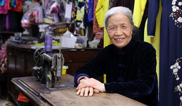 Lê Thị Quyến - Nghệ nhân 70 năm gắn bó với nghề may áo dài