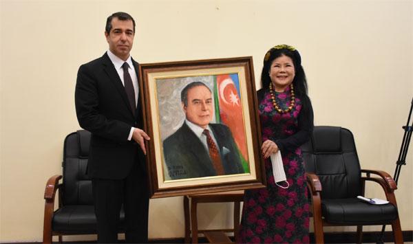 Họa sĩ Văn Dương Thành tặng tranh chân dung Lãnh tụ Heydar Aliyev cho Đại sứ quán Azerbaijan