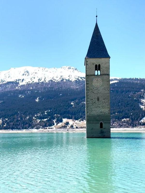 Ngôi làng mất tích hàng thập kỷ bỗng nổi lên giữa hồ nước ở Italia
