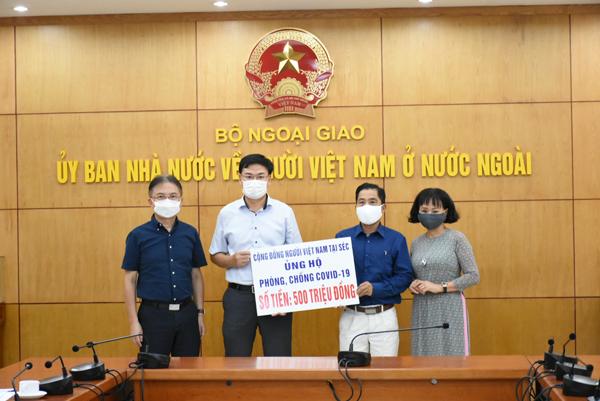 Cộng đồng người Việt Nam tại Séc ủng hộ 500 triệu cho Quỹ Vaccine phòng chống COVID-19