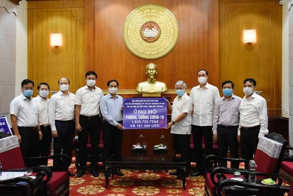Bộ trưởng Ngoại giao Bùi Thanh Sơn trao hơn 6 tỷ đồng ủng hộ công tác phòng chống COVID-19