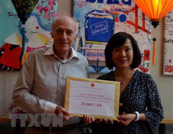 Người Việt và doanh nghiệp tại Thụy Sĩ đóng góp cho Quỹ vaccine
