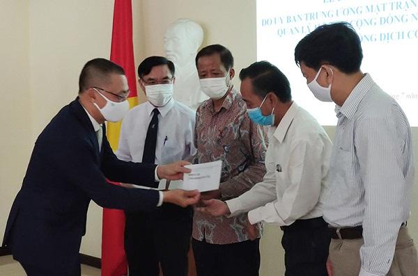 Bàn giao kinh phí hỗ trợ cộng đồng người gốc Việt tại Campuchia phòng, chống dịch COVID-19
