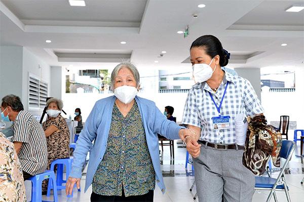 Tiêm vaccine cho người nghèo: Niềm vui giữa bộn bề khó khăn