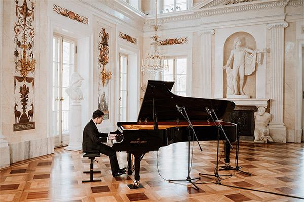 Thứ trưởng Ngoại giao Phạm Quang Hiệu chúc mừng nghệ sỹ trẻ Việt Nam vào chung kết cuộc thi pianoquốc tế Frederik Chopin