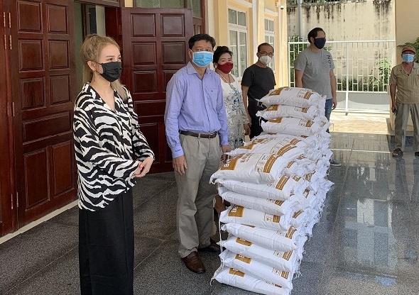 Phát quà cứu trợ các hộ gia đình khó khăn tại Campuchia nhân Lễ Vu Lan
