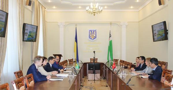 Đại sứ ViệtNamtại Ucraina Nguyễn Hồng Thạch thăm làm việc tại tỉnhChernigov