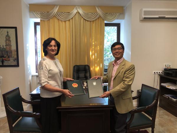 Ucraina: ĐSQ Việt Nam ký Thoả thuận hợp tác và trao giải thưởng cho học sinh Trường chuyên ngữ số 251 mang tên Chủ tịch Hồ Chí Minh