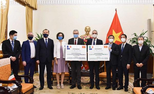 Việt Nam tiếp nhận 1,5 triệu liều vaccine COVID-19 do Pháp và Italy tài trợ
