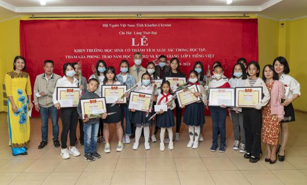 Khen thưởng học sinh đạt thành tích cao và khai giảng lớp học tiếng Việt tại Làng Thời Đại Kharkov, Ucraina