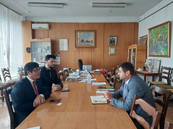 Đại sứ Nguyễn Hồng Thạch làm việc với Hội Họa sỹ Quốc gia Ucraina